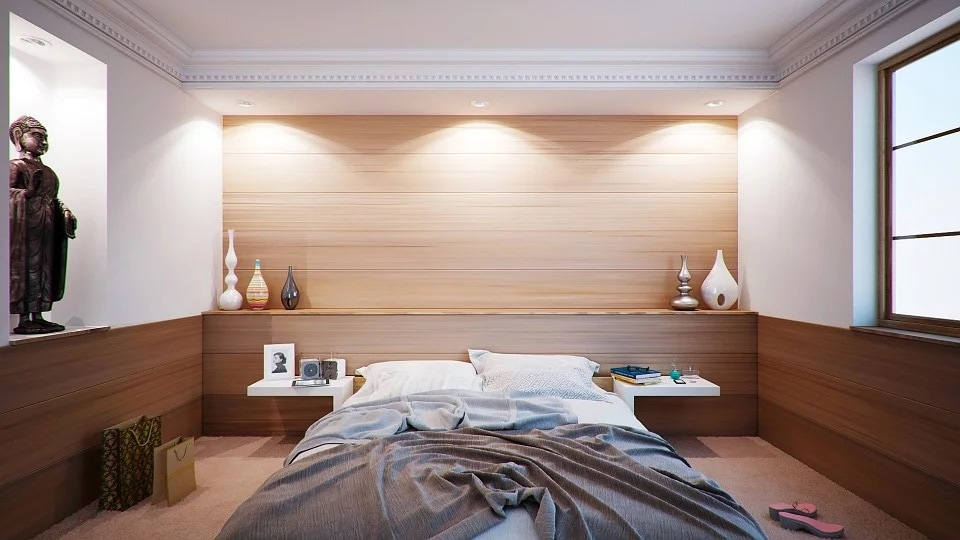 Clutter free bedroom in feng shui